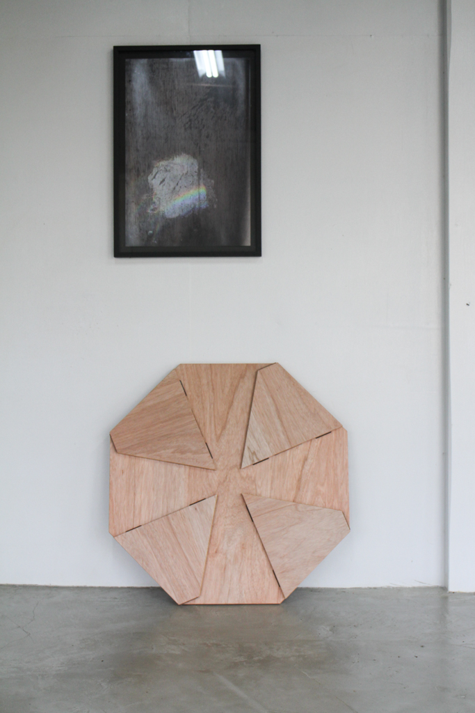 埼玉県所沢市の木のおもちゃとオーダー家具の制作をしている家具工房okaikosanの子どもの折りたたみのちゃぶ台の立てかけた時の画像