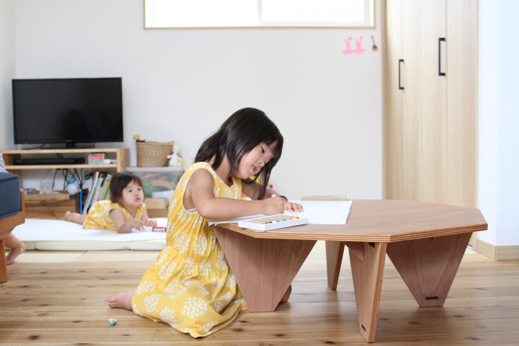 埼玉県所沢市の木のおもちゃとオーダー家具の制作をしている家具工房okaikosanの子どもの折りたたみのちゃぶ台の使用している時の画像