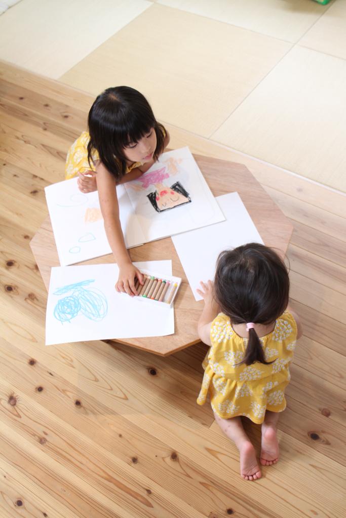 埼玉県所沢市の木のおもちゃとオーダー家具の制作をしている家具工房okaikosanの子どものお絵かきにも最適な折りたたみのちゃぶ台の使用している時の画像