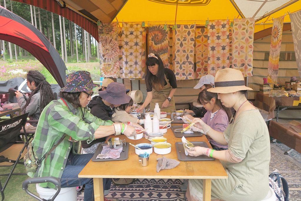 アコチルのkeenの手ぬぐいのベンガラ染めワークショップの作業風景の画像