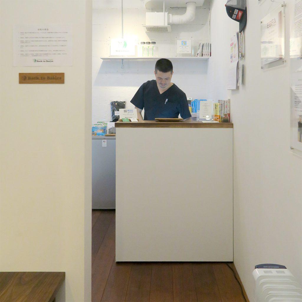 埼玉県所沢市の家具工房okaikosanのウォールナットの無垢材の受付カウンターの制作事例の画像