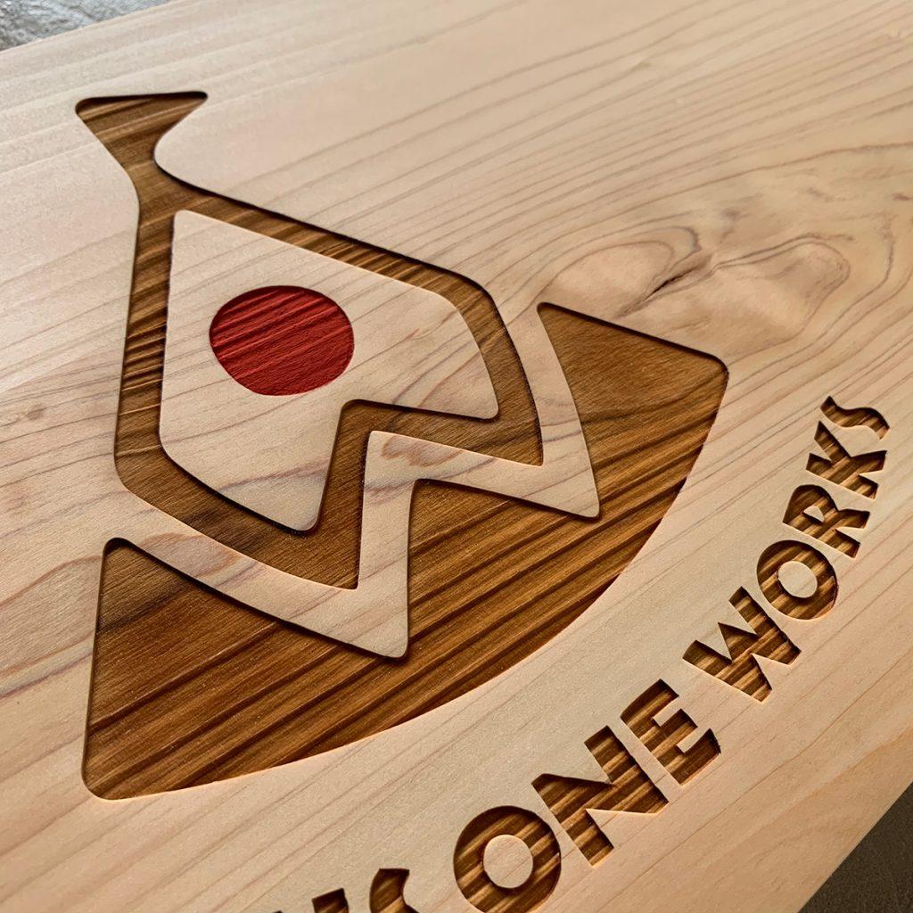埼玉県所沢市の家具工房okaikosanのPLUSONEWORKSの木の看板のレーザー加工の画像