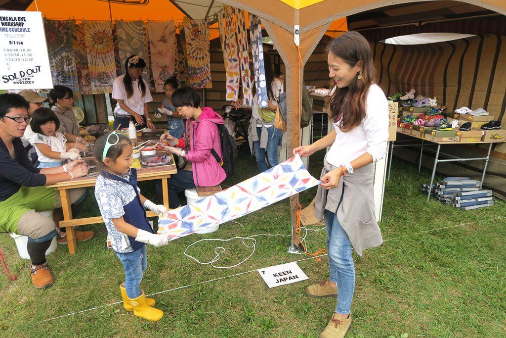 tgf2019のkeenの手ぬぐいのベンガラ染めワークショップの親子の画像